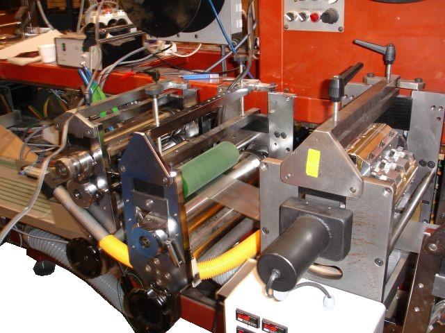 Continuously ultrasonic welder